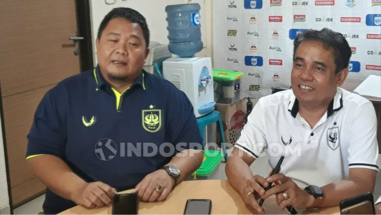 General Manager Wahyu Winarto (biru) di Kantor PSIS. Copyright: © Alvin Syaptia Pratama/INDOSPORT