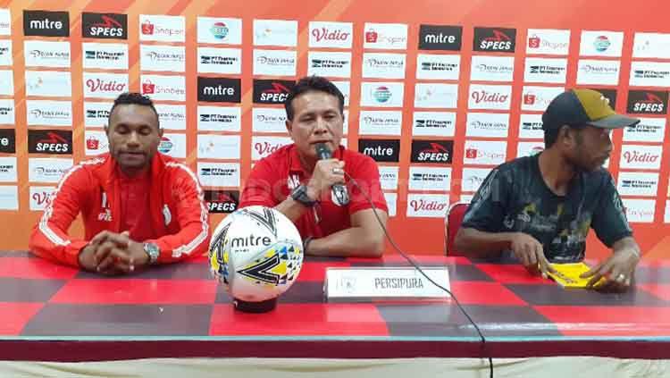Pelatih Kiper Persipura Jayapura, Alan Haviludin bersama Titus Bonai saat konferensi pers. Copyright: © Sudjarwo/INDOSPORT