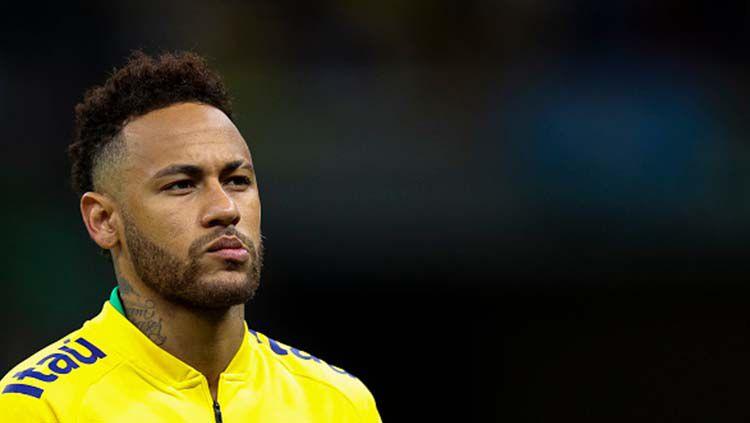 Neymar mengenakan jaket Brasil pada laga melawan Qatar di Mane Garrincha Stadium. Copyright: © Buda Mendes/Getty Images