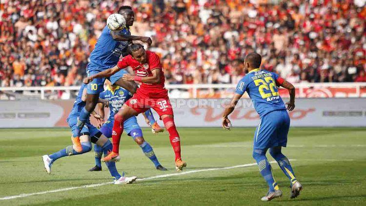 Situasi duel udara Persia Jakarta vs Persib Bandung. Copyright: © Herry Ibrahim/INDOSPORT