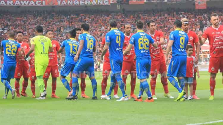 Para pemain Persija Jakarta vs Persib Bandung bersalaman sebelum kick off. Copyright: © Arif Rahman/INDOSPORT
