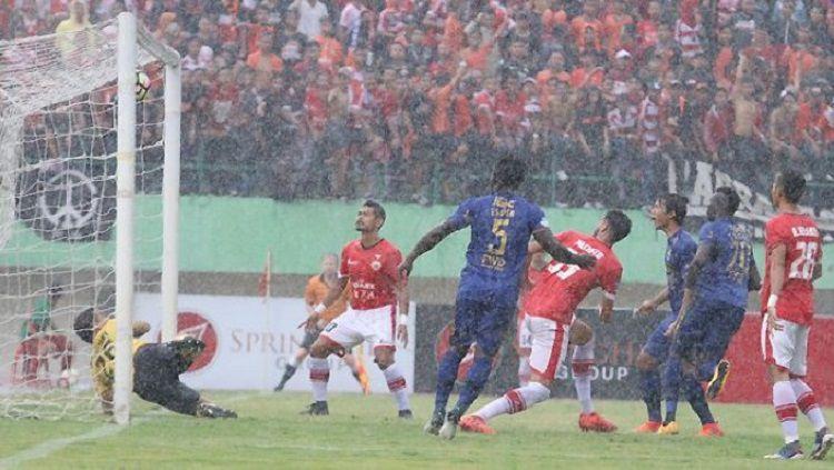 Gol Ezechiel N'Douassel ke gawang Persija Jakarta tidak disahkan oleh wasit Shaun Evans Copyright: © vikingpersib.co.id