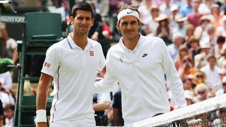 Novak Djokovic (kiri) dan Roger Federer saat berhadapan di Final Wimbledon 2019. Copyright: © Movietvtechgeeks
