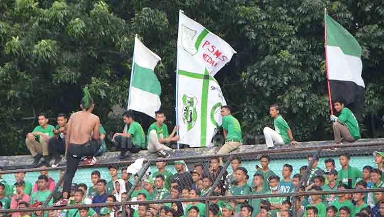 Kelompok suporter PSMS Medan, SMeCK Hooligan saat memberikan dukungan di Stadion Teladan Medan. Copyright: © Aldi Aulia Anwar/INDOSPORT