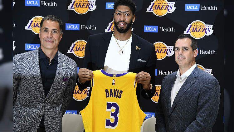 Anthony Davis saat diperkenalkan sebagai pemain anyar LA Lakers. Kevork Djansezian/Getty Images. Copyright: © Kevork Djansezian/Getty Images