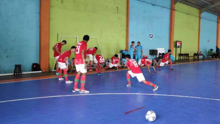 Proses pemanasan Timnas Indonesia vs Vamos Mataram. Foto: Cosmas Bayu Agung Sadhewo/INDOSPORT. Copyright: © Cosmas Bayu Agung Sadhewo/INDOSPORT