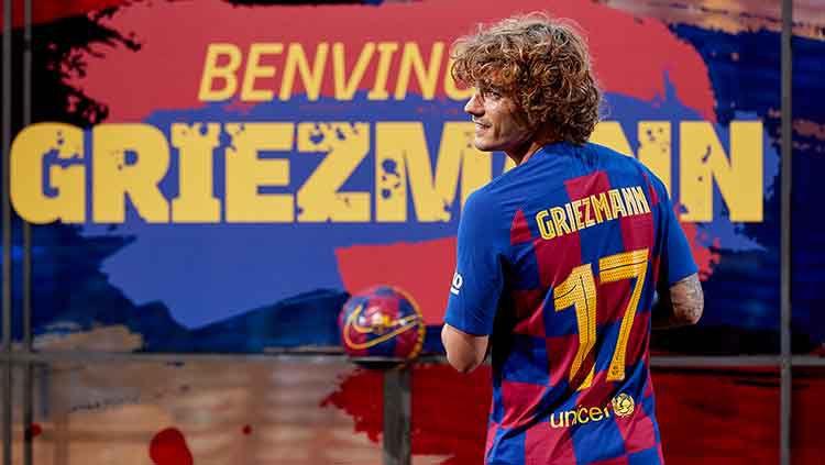Antoine Griezmann resmi mengenakan jersey nomor punggung saat diperkenalkan di Camp Nou. Copyright: © Adria Puig/Anadolu Agency/Getty Images