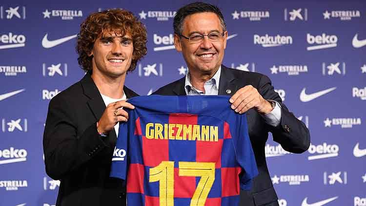 Antoine Griezmann saat diperkenalkan presiden Barcelona Josep Maria Bartomeu di Camp Nou. Copyright: © David Ramos/Getty Images