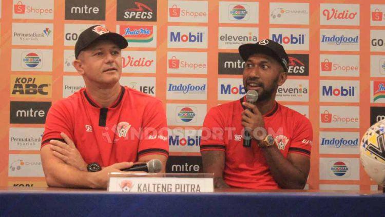 Striker Kalteng Putra, Patrich Wanggai (kanan) dan pelatihnya Gomes de Oliveira saat konferensi pers Senin (15/07/2019). Foto: Arif Rahman/INDOSPORT Copyright: © Arif Rahman/INDOSPORT