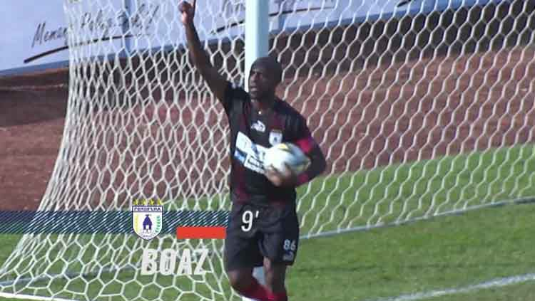 Boaz Solossa melakukan selebrasi usai cetak gol ke gawang Madura United. Copyright: © liga1match