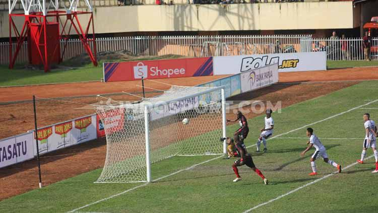 Sang Kapten, Boaz Solossa saat menciptakan gol ke gawang Madura United. Foto: Sudjarwo/INDOSPORT Copyright: © Sudjarwo/INDOSPORT