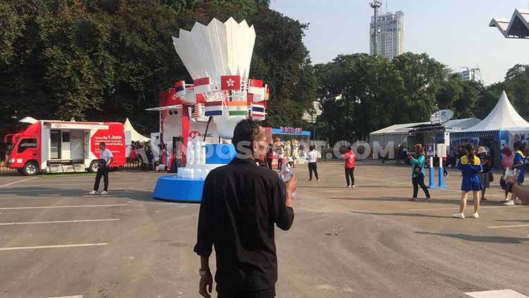 Ada sejumlah tiket yang mencari rezeki di sekitaran venue Indonesia Open 2019. Copyright: © Petrus Manus Da'Yerimon/INDOSPORT