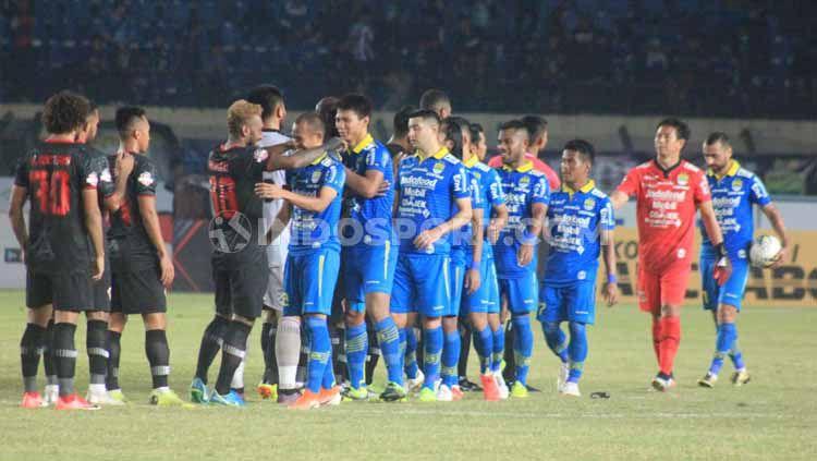 Pemain Persib Bandung dan Kalteng Putra bersalaman seusai pertandingan Shopee Liga 1 2019 di Stadion Si Jalak Harupat, Kabupaten Bandung, Selasa (16/07/2019). Foto: Arif Rahman/INDOSPORT Copyright: © Arif Rahman/INDOSPORT