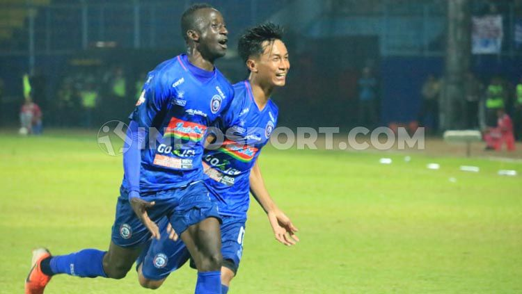 Selebrasi gol Makan Konate  setelah hattrick dalam kemenngan arema fc 4-1 atas Badak Lampung Copyright: © Ian Setiawan/INDOSPORT.COM