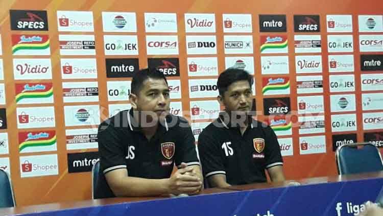 Indosport - Pelatih Perseru Badak Lampung, Jan Saragih (kiri) dan Zainal Haq