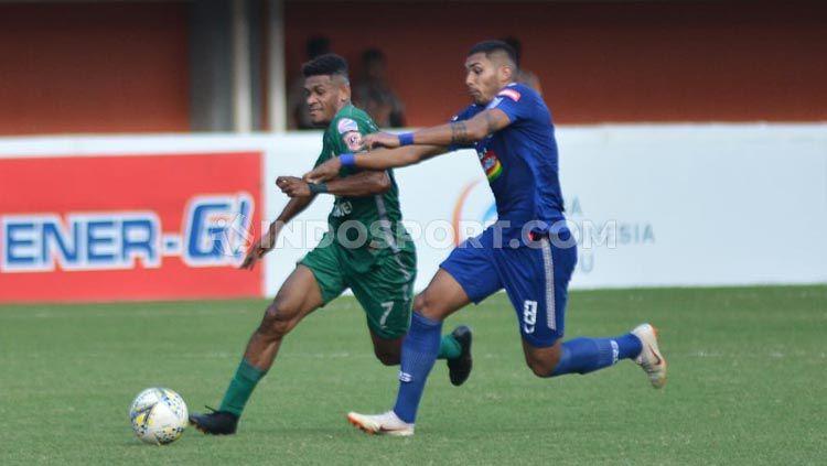 Dua pemain berduel di laga PSS Sleman vs PSIS Semarang, Rabu (07/07/2019). Copyright: © Ronald Seger Prabowo/INDOSPORT