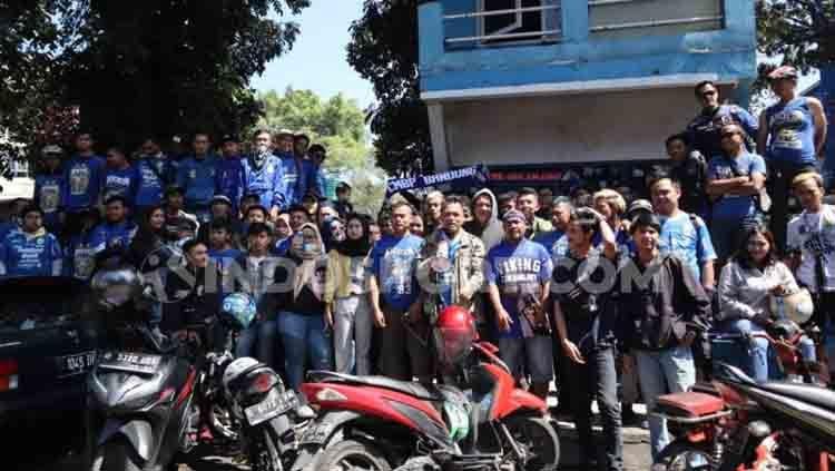Anggota dan pengurus Viking Persib Club (VPC) berkumpul di depan sekretariat lamanya di Jalan Gurame, Kota Bandung. Copyright: © Arif Rahman/INDOSPORT