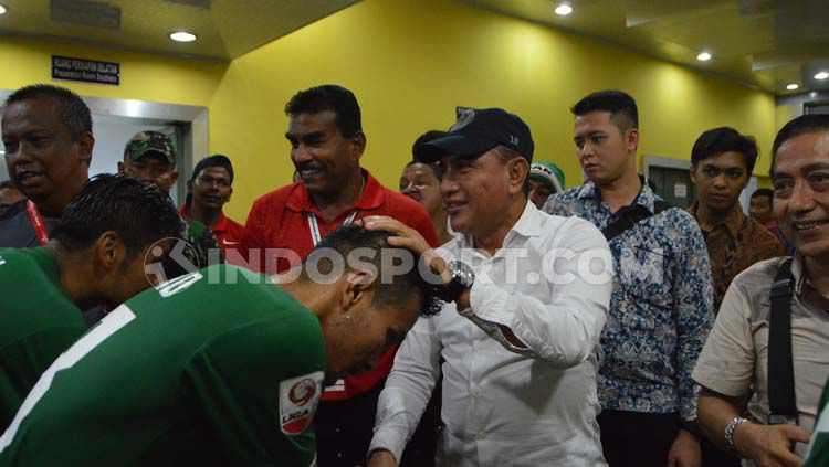 Mantan Ketum PSSI yang juga Gubernur Sumut sekaligus Dewan Penasehat PSMS Medan, Edy Rahmayadi memberikan ucapan selamat kepada pemain PSMS. Copyright: © Aldi Aulia Anwar/INDOSPORT