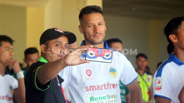 Raphael Maitomo jadi primadona masyarakat di Stadion Bumi Wali, Tuban Copyright: © Ronald Seger Prabowo/INDOSPORT