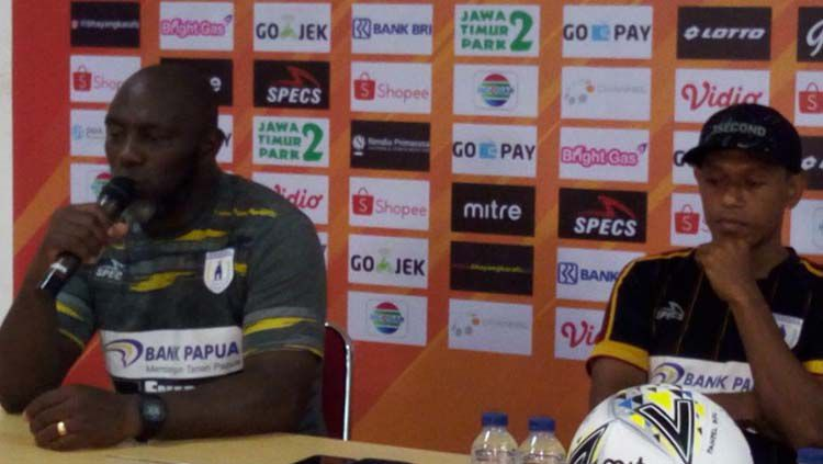 Pelatih Persipura Jayapura,  Jacksen F. Tiago (kiri) bersama Yohanis Tjoe saat konferensi pers Copyright: © Media Officer Persipura