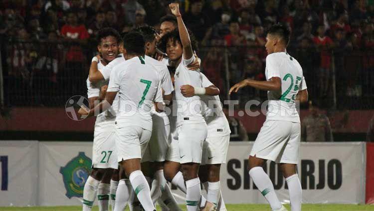 Pemain Timnas Indonesia U-19 merayakan gol Brylian Aldama ke gawang Deltras Sidoarjo pada pertandingan uji coba di Stadion Gelora Delta, Sidoarjo. Copyright: © Fitra Herdian/INDOSPORT