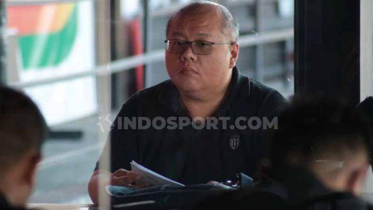 Chief Executive Officer (CEO) Bali United, Yabes Tanuri, memberikan keterangan pers menjelang laga Liga 1. Foto: Nofik Lukman Hakim/INDOSPORT Copyright: © Nofik Lukman Hakim/INDOSPORT