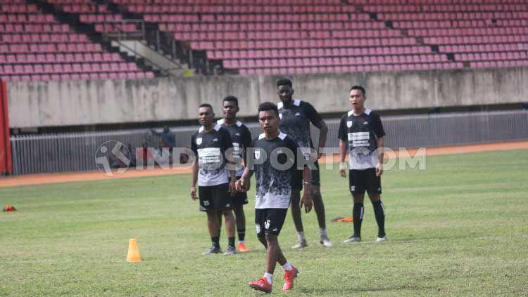 Pemain Muda Persipura Jayapura, Todd Rivaldo Ferre saat berlatih dengan timnya. Copyright: © Sudjarwo/INDOSPORT
