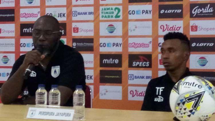 Pelatih Persipura Jayapura, Jacksen F. Tiago (kiri) bersama Todd Rivaldo Ferre dalam konferensi pers usai laga Copyright: © Media Officer Persipura