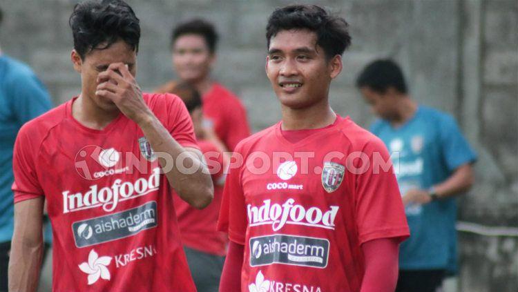 Gelandang Bali United, I Kadek Agung Widnyana (kanan). Copyright: © Nofik Lukman Hakim/INDOSPORT