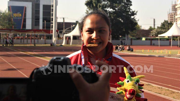 Atlet lempar martil Natasha Mahdalita saat menunjukkan medali emas yang didapatkannya di ASEAN School Games 2019. Foto: Alvin Syaptia Pratama/INDOSPORT Copyright: © Alvin Syaptia Pratama/INDOSPORT