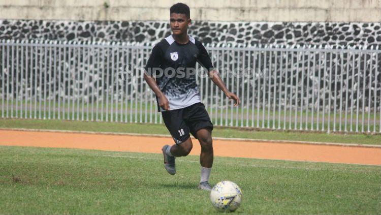 Bek Muda Persipura Jayapura, David Kevin Rumakiek, berlatih menjelang laga Liga 1 2019. Foto: Sudjarwo/INDOSPORT Copyright: © Sudjarwo/INDOSPORT