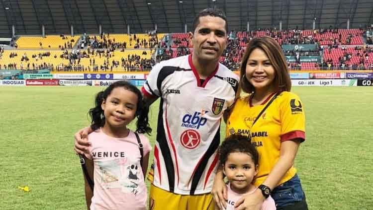 Beto Goncalves bersama istri Rosmala Dewi dan kedua anaknya. Copyright: © Dok. Pribadi
