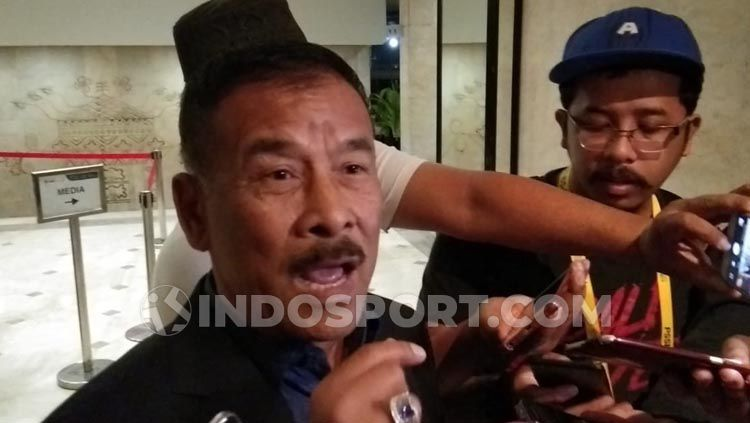 Umuh Muchtar, Manajer Persib Bandung, memberikan keterangan pers menjelang laga Liga 1 2019. Copyright: © Zainal Hasan/INDOSPORT
