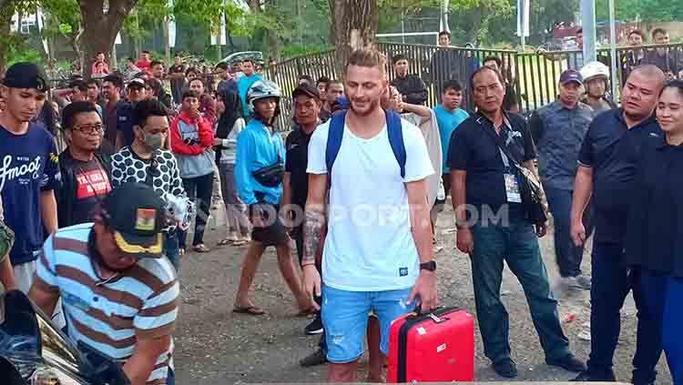 Steven Paulle berada di koridor Stadion Andi Mattalatta, Makassar. Ia menantikan dua sahabatnya di PSM Makassar, yakni Willjan Pluim dan Marc Klok selesai menggelar official training. Copyright: © Adriyan Adirizky/INDOSPORT