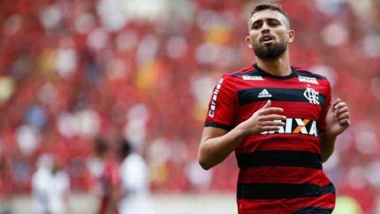 Bek Flamengo yang tengah diincar AC Milan, Leo Duarte. Copyright: © asromaindo.com