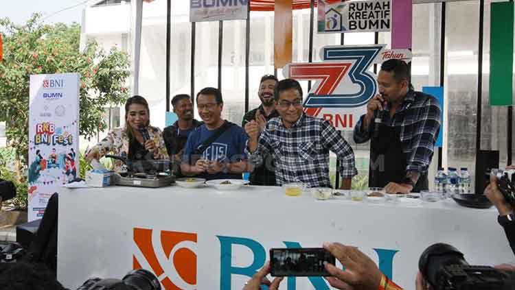 Juara kelas terbang One Pride Pro Never Quit, Suwardi, mendapat tantangan memasak di Halal Park RKB BNI Fest, di kawasan Kompleks Gelora Bung Karno, Jakarta. Copyright: © Zainal Hasan/INDOSPORT