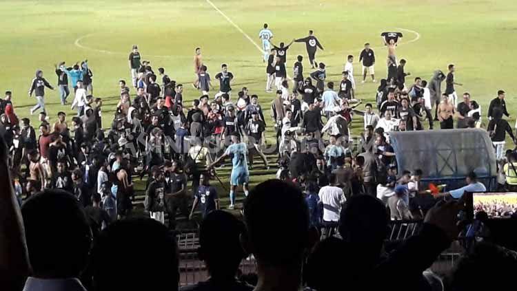 Suporter Persela turun ke lapangan untuk melakukan protes. Copyright: © Ian Setiawan/INDOSPORT