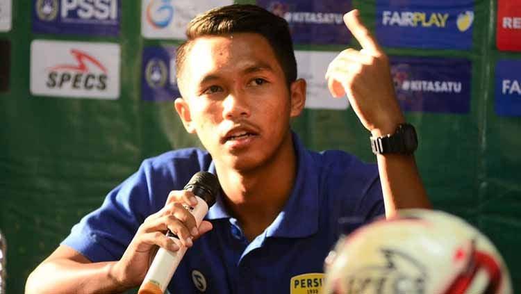 Pemain Persib Bandung U-20, Jovan Affan saat hadiri sesi konferensi pers di Stadion Citarum, Semarang. Foto: Media Persib Copyright: © Media Persib