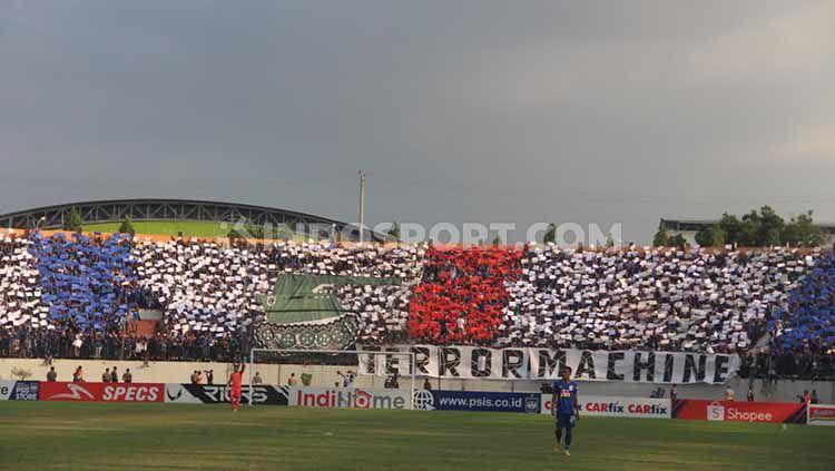 Aksi suporter PSIS saat mendukung klub kebanggaannya melawan Persib. Copyright: © Alvin Syaptia Pratama/INDOSPORT