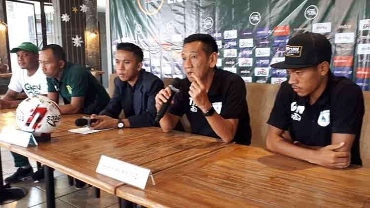 Pelatih Persipura Jayapura U-20, Tony Ho (kedua dari kanan) saat konferensi pers usai laga. Copyright: © Dok Persipura U-20