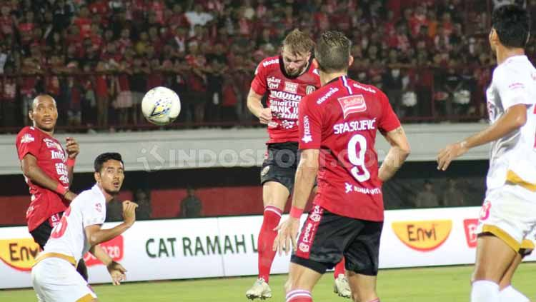 Sundulan Melvin Platje menjebol gawang PSM Makassar di Stadion Kapten I Wayan Dipta pekan Liga 1 ke-14. Copyright: © Nofik Lukman Hakim/INDOSPORT