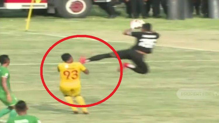 Penjaga gawang PSMS, M. Choirun Nasirin meluncurkan tendangan kungfu horor ke arah striker Sriwijaya Ahmad Ihwan. Copyright: © Youtube
