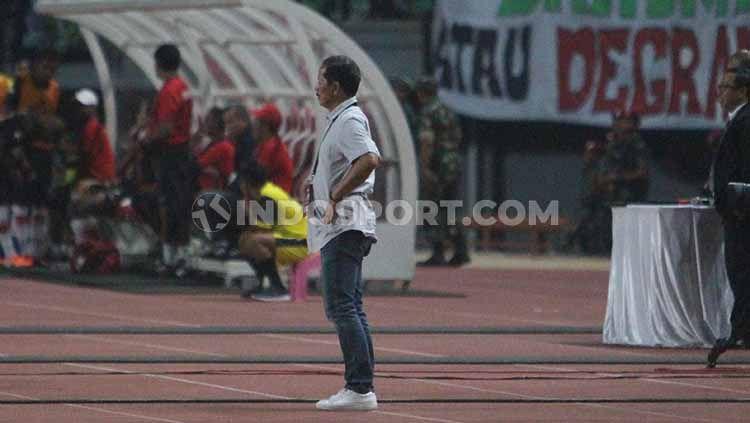 Pelatih Persebaya Djadjang Nurdjaman ketika melihat penampilan anak didiknya melawan Persipura, Jumat (02/08/19). Foto: Fitra Herdian/INDOSPORT Copyright: © Fitra Herdian/INDOSPORT
