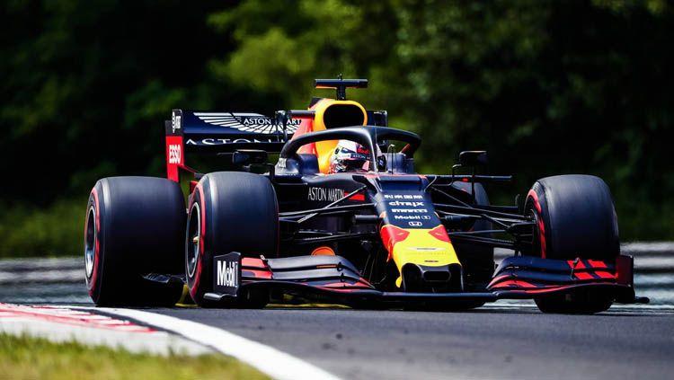 Pembalap Red Bull Max Versttappen dikabarkan akan hengkang ke Mercedes. Copyright: © Twitter/@HondaRacingF1