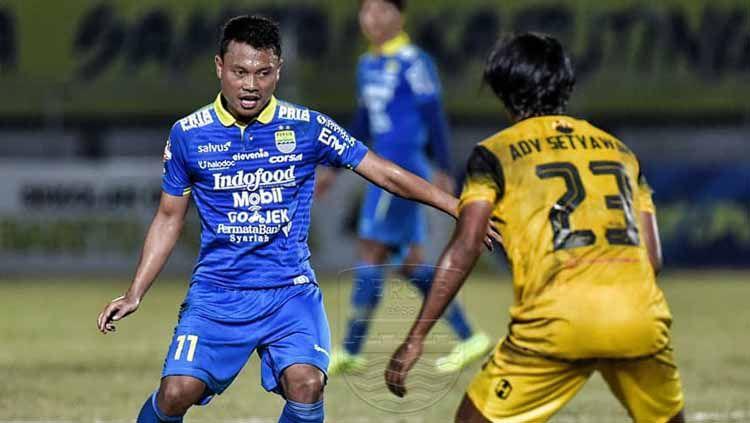 Indosport - Pemain klub Liga 1 2019, Persib Bandung Dedi Kusnandar berusaha melewati pemain Barito Putera pada pertemuan pertama di musim ini.