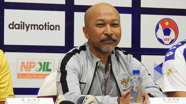 Fakhri Husaini dalam konferensi pers Piala AFF U-18 2019 di Ho Chi Minh, Vietnam pada Senin (5/8/19). Copyright: © Media PSSI