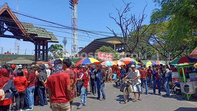 Sejumlah suporter PSM Makassar sudah memadati gerbang utama Stadion Andi Mattalatta, Makassar, Selasa (06/08/19) pukul 13:15 WITA. Foto: Adriyan Adirizky Rahmat/INDOSPORT Copyright: © Adriyan Adirizky Rahmat/INDOSPORT