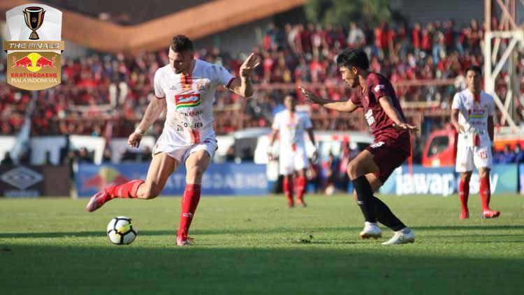 Marko Simic tengah mengekekusi bola ke arah gawang PSM Makassar di laga final Piala Indonesia 2019. Copyright: © Media Persija