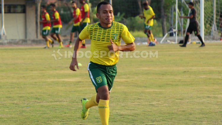 Irfan Jaya berharap sudah pulih total sebelum laga Persib Bandung vs Persebaya Surabaya. Copyright: © Fitra Herdian Ariestianto/INDOSPORT