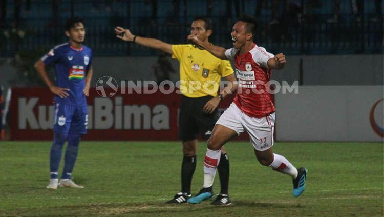 Gelandang Persipura Jayapura, Muhammad Tahir, mencetak gol kedua ke gawang PSIS Semarang dalam pekan ke-13 Shopee Liga 1 2019 Copyright: © Ronald Seger Prabowo/INDOSPORT